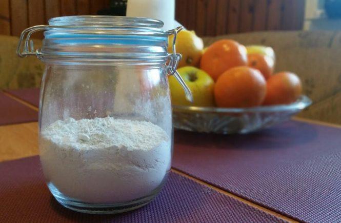 kremelina diatomplus na stole v pohari